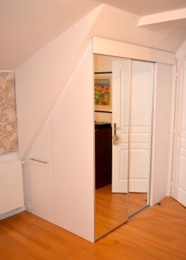 Après : un dressing laqué blanc, à portes miroir coulissantes, occupant au maximum l'espace