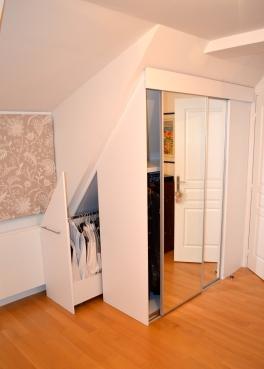 Le caisson-tiroir à l'arriere permet de doubler la penderie disponible et d'occuper tout l'espace sous combles.
