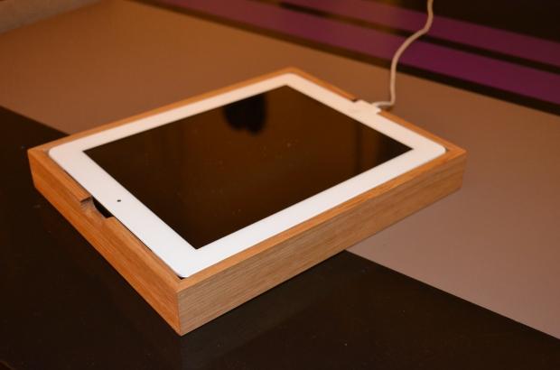 Support pour Ipad en chêne massif vernis. Conçu pour le rangement et comme support pour maintenir la tablette en position verticale, dans les deux orientations possibles.