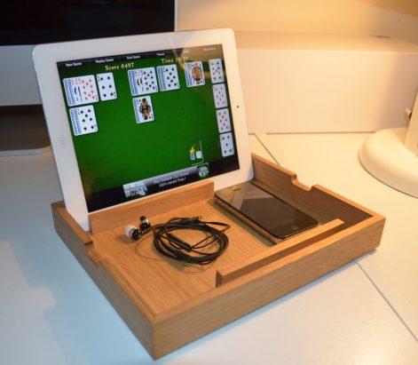 Petit support pour Ipad en chêne massif vernis. Conçu pour le rangement et comme support pour maintenir la tablette en position verticale, dans les deux orientations possibles.