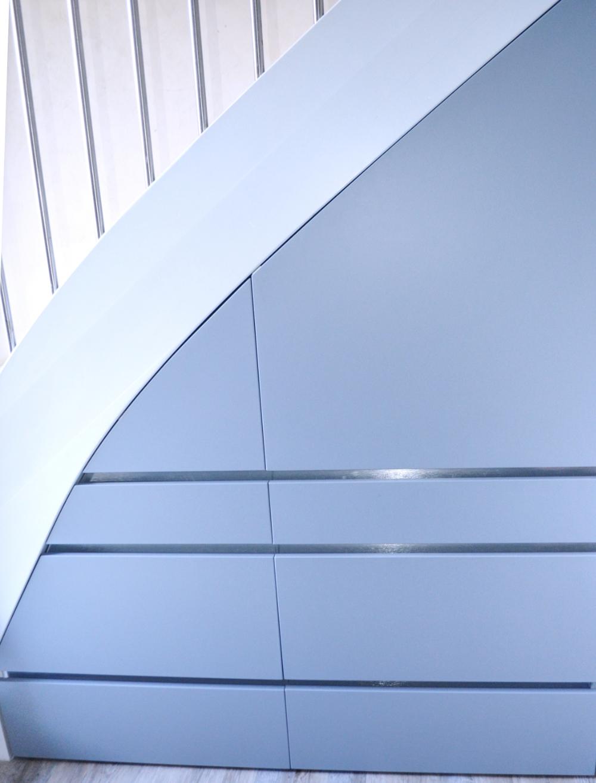 Agencement de cuisine sous escalier